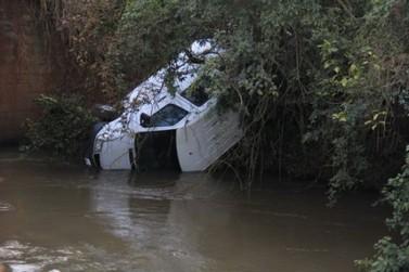 Van é encontrada em rio, ocupantes são um mistério