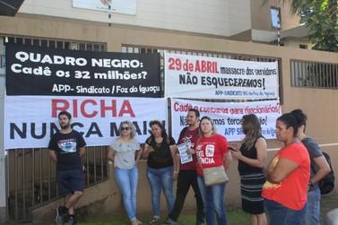 Educadores fazem ato em Foz durante renúncia de Beto Richa