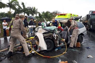 Duas pessoas ficam em estado grave após acidente envolvendo caminhão