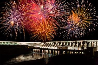 Iluminação da Barragem de Itaipu ganha edição especial de inverno