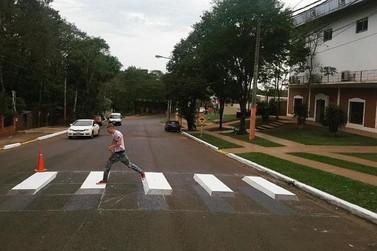 Puerto Iguazú começa testar faixas de pedestres em 3D para alertar motoristas