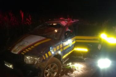 Acidente com viatura da PRF em estrada rural deixa dois policiais feridos