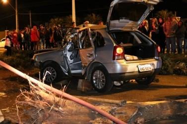 Carro parte árvore ao meio durante acidente na BR-277 em Foz do Iguaçu