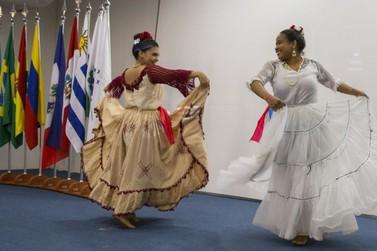 Elenco Folclórico da UNILA se apresenta neste sábado no Teatro Barracão