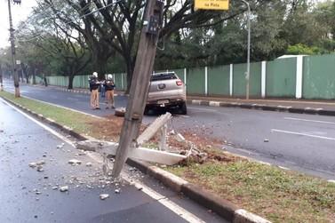 Motorista destrói veículo e arranca poste na Avenida República Argentina