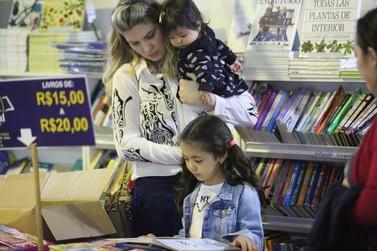 Mais de 40 mil livros estão à disposição do público na Feira do Livro