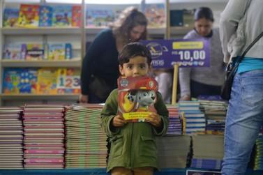 """Prefeitura oferta 29 mil """"vales livros"""" para crianças do ensino fundamental"""