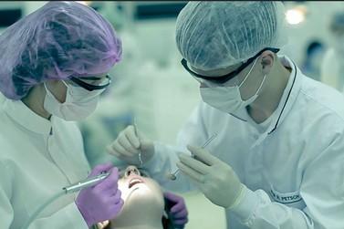 Universitários de Odontologia da UDC praticam atividades em Clínica Escola