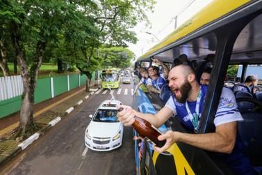 Foz Cataratas Futsal comemora título com desfile pelas ruas da cidade