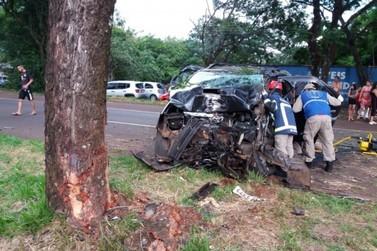 Motorista fica preso nas ferragens após bater em árvore na Tancredo Neves