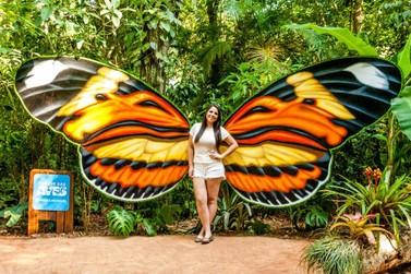 Visitantes do Parque das Aves podem tirar fotos com asas de borboletas gigantes
