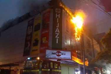 Incêndio atinge três andares de shopping em Cidade do Leste, no Paraguai