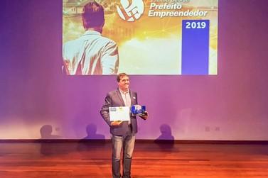 Prefeito Chico Brasileiro é vencedor do prêmio Sebrae com projeto MEI na Escola