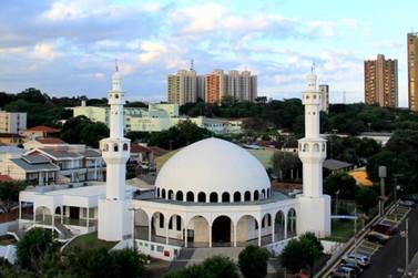 Mais de 20 mil muçulmanos começam a celebrar o Ramadã nesta segunda-feira