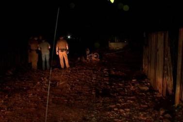 Rapaz é assassinado a tiros no meio da rua durante madrugada na Invasão do Buba