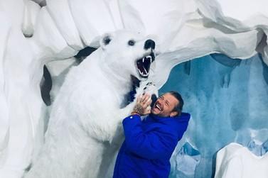 Biólogo Richard Rasmussen se diverte em visita ao Dreams Ice Bar