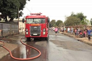 Bombeiros usam três caminhões para combater incêndio em seis casas na Vila C