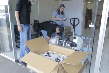Equipamentos oftalmológicos recuperados pela polícia são entregues à prefeitura