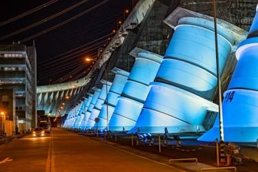 Em novembro, iluminação da barragem de Itaipu será azul para alertar homens
