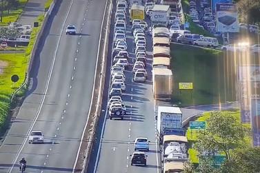 Caminhão quebra e deixa o trânsito lento na Ponte Internacional da Amizade