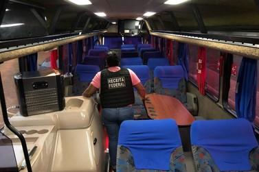 Ônibus de turismo com R$ 4 milhões em celulares em fundo falso é apreendido