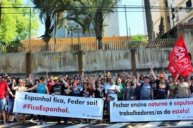 Educadores iniciam greve com ato público em frente ao Núcleo Regional de Foz