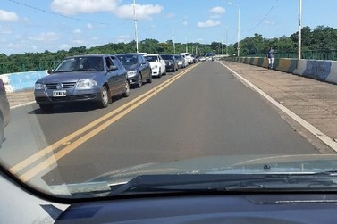 Setor de migração faz protesto e deixa trânsito lento na aduana de Puerto Iguazú