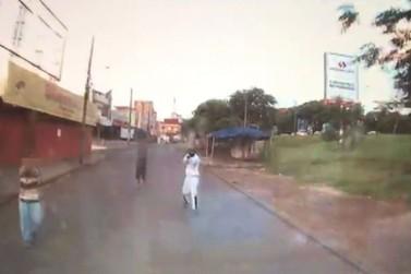 Câmera instalada em Van registra ação de assaltantes armados no Jardim Jupira