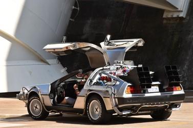 Carro do filme 'De Volta para o Futuro' faz pit stop na usina de Itaipu