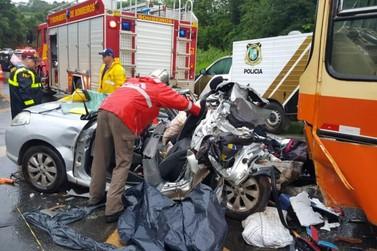 Cinco pessoas da mesma família morrem após carro bater contra ônibus na BR-277