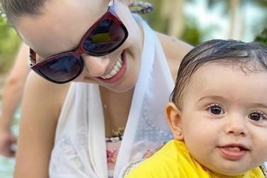 Em Foz do Iguaçu, cantora Thaeme mostra sua bebê se divertindo na piscina