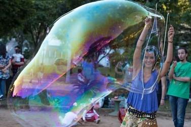 Foz do Iguaçu recebe festival de bolhas de sabão gigantes; evento é gratuito