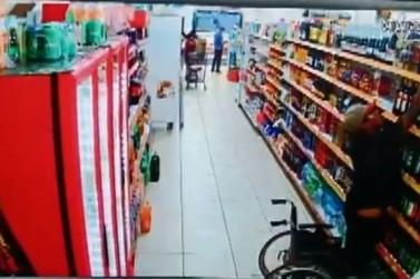 Homem levanta da cadeira de rodas e furta whisky em supermercado