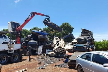 Polícia Civil e Detran destroem carros apreendidos em Foz do Iguaçu