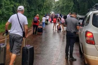Trabalhadores voltam a protestar e fecham rodovia que liga aeroporto