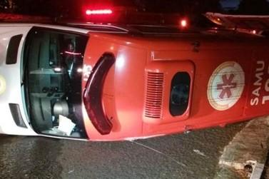 Ambulância do Samu tomba após ser atingida por carro em cruzamento