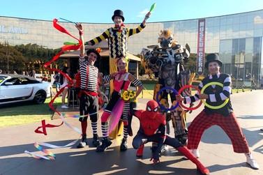 Artistas circenses encantam turistas durante feriadão de Carnaval no Dreamland