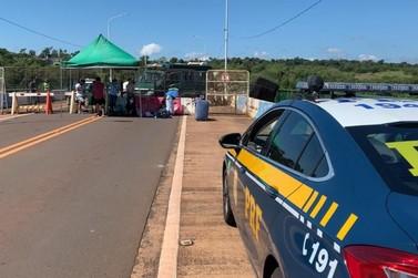 Argentinos barrados na fronteira são retirados da Ponte Tancredo Neves
