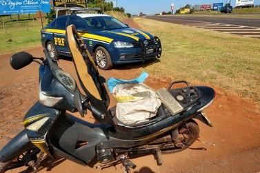 Polícia prende motociclista carregando sacola de maconha entre as pernas