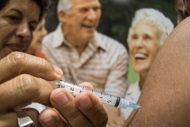 Saúde amplia vacinação de idosos com drive-thru neste final de semana