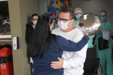 Recuperados da covid-19, mais dois pacientes recebem alta do Costa Cavalcanti