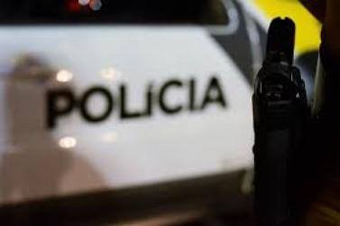 Troca de tiros com a polícia deixa dois mortos após assalto a farmácia