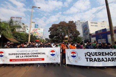 Comerciantes e empresários realizam protesto na Ponte Internacional da Amizade