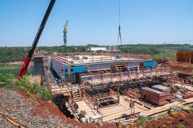 Ponte da Integração ganha primeira estrutura que dará formato de ligação à obra