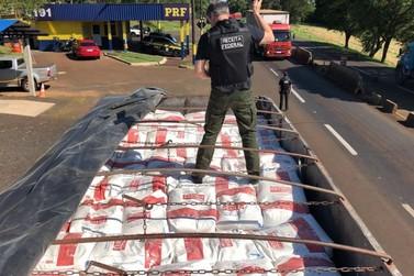 Receita Federal apreende 450 quilos de cocaína e armas escondidas em caminhão