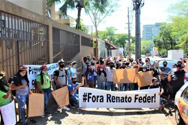 Educadores protestam no NRE sobre critérios da seleção de servidores temporários