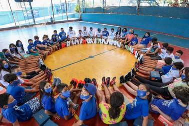 Projeto Chute Para o Futuro recebe 200 pares de tênis de campanha Doe Gols