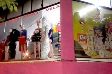 Alarme evita ladrões de roubarem após quebrarem vidro de loja no Paraguai