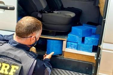 PRF apreende 180 celulares em descaminho em um fundo falso de micro–ônibus