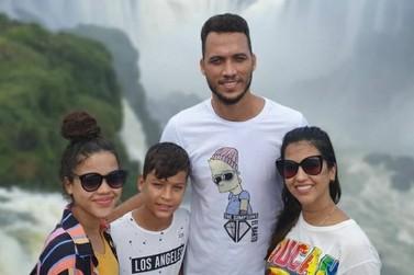 Sobrevivente do voo da Chapecoense passeia com a família por Foz do Iguaçu